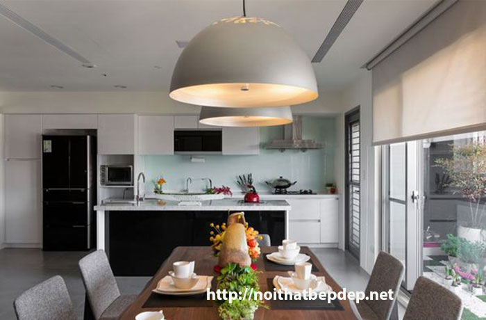 Tủ bếp inox cánh trắng và đen có bàn đảo