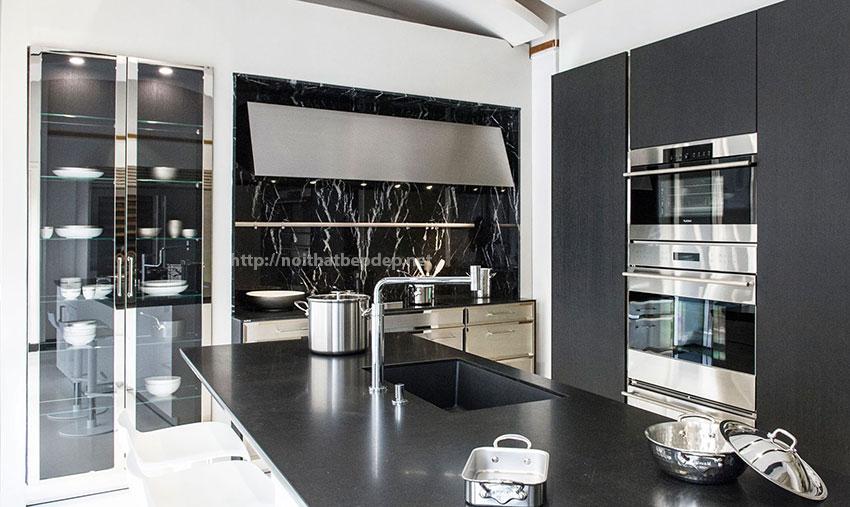 Tủ bếp bằng inox và bàn đảo