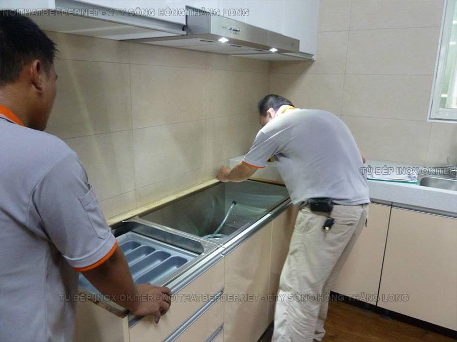 Tủ bếp dưới bằng inox 304, tủ bếp trên bằng nhựa